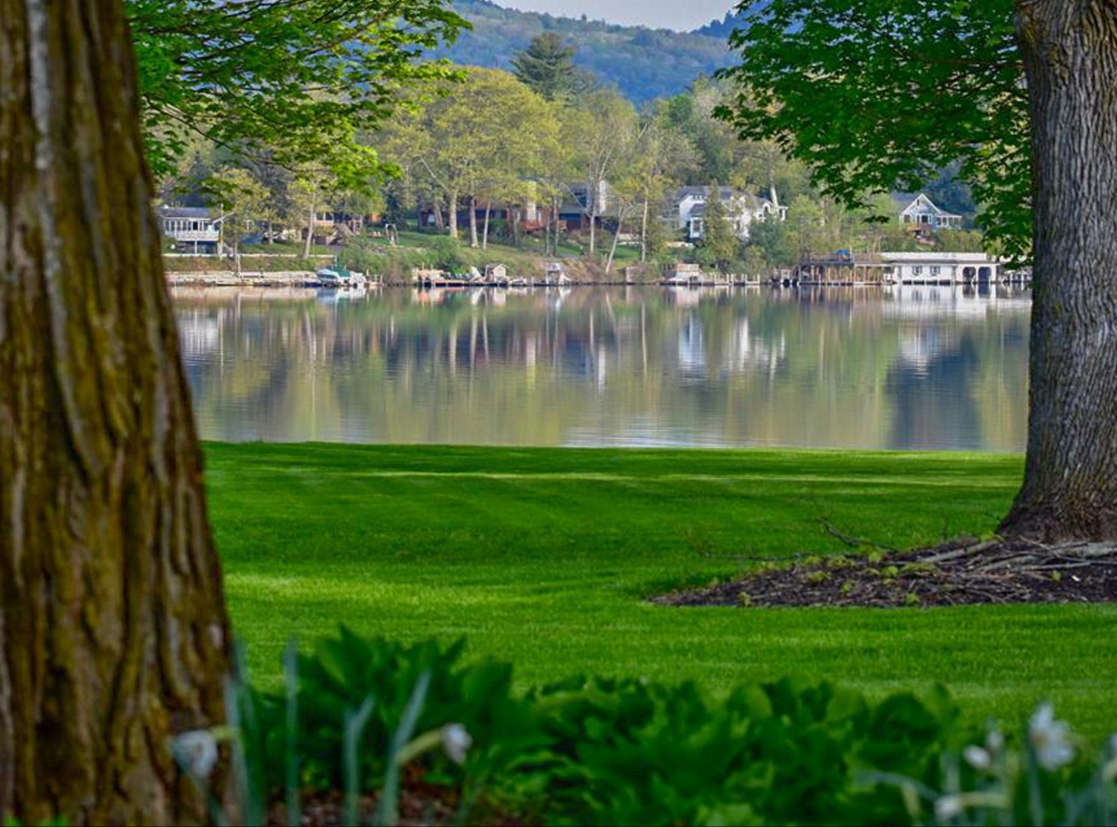 Lake George vacation cabin rentals directly on the lake at Takundewide Cottages on Lake George