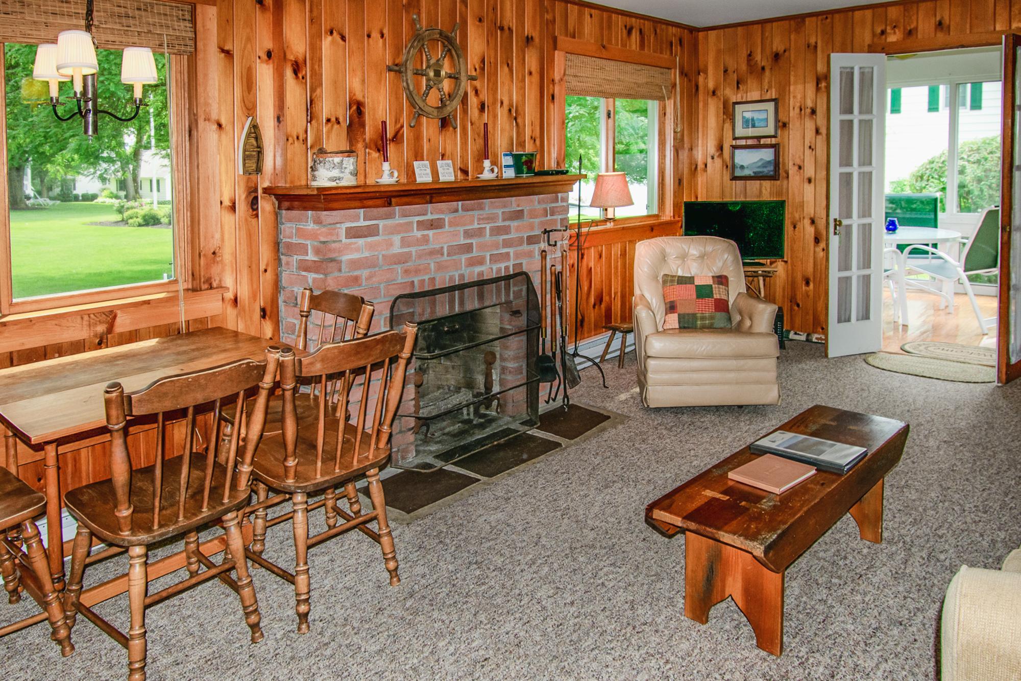 Takundewide Cottage #11 livroom fireplaceJul2019DSC_0395